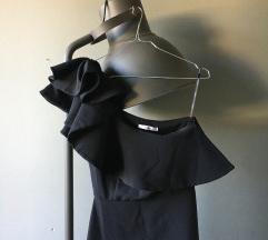 crna dugačka haljina na jedno rame
