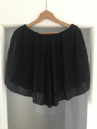 H&M plisirani crni šorc