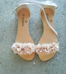 NOVE ** Slatke bež-krem lakirane sandalice **