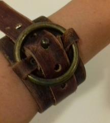Kožna narukvica s metalnim krugom