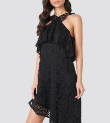 Crna čipkasta haljina NA-KD