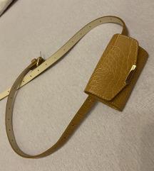 Smeda mini torbica oko struka