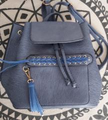 Novi plavi ruksak s etiketom