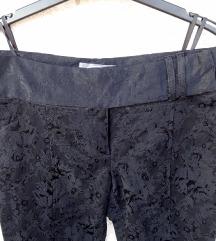 Cvjetne baršunaste NOVE hlače crne 42
