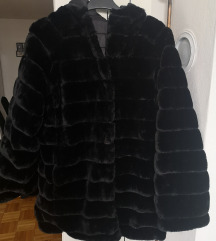 Crna krznena bunda s kapuljačom