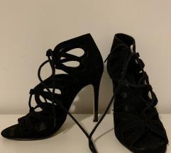 Leptir crne cipele na petu