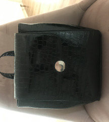 Crni lakirani ruksak