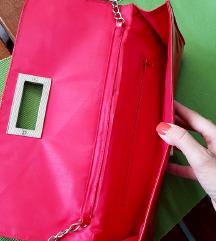Crvena lakirana torbica sa srebrnim lancem