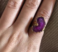 Prsten zlatne boje s ljubucastim kamenom