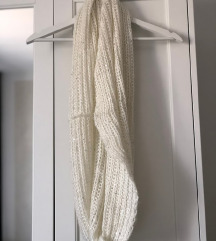 Bijeli šal sa šljokicama