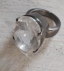 Veliki prsten srebrenog kristalnog kamena