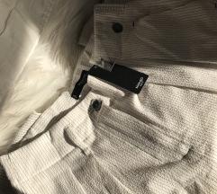 MANGO s etiketom bijele hlače