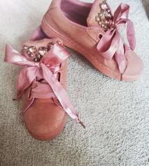 Prljavo roze tenisice