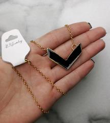 Zlatni lančić s crnim privjeskom