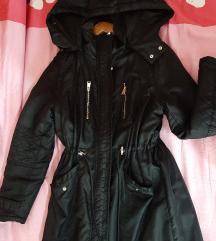 Duga crna zimska jakna