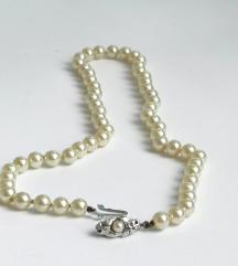 Biserna ogrlica sa krasnom srebrnom kopčom