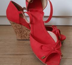 Crvene sandale na punu petu
