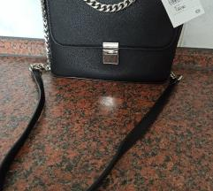 Nova crna torbica s etiketom