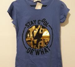 Plava majica s natpisom