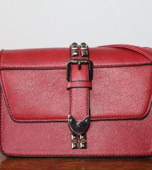 Bordo crvena torbica s metalnim detaljima