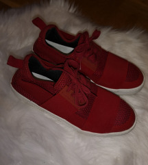 Crvene tenisice