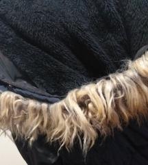 Crna zimska jakna s krznom