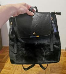 Crni plišani ruksak