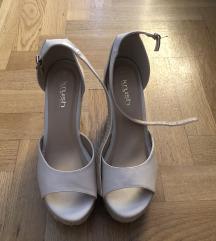 Prodajem nikad nosene sandale 40