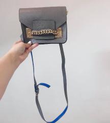 Siva torbica s plavim detaljima