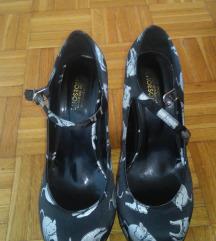 crne cipele na petu s bijelim mačkama