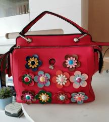 Crvena torba s 3d cvjetovima