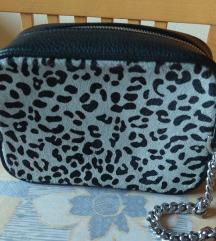 Nova crna torbica sa uzorkom na prednjoj strani
