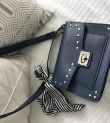 Stradivarius plava torbica - sa ili bez masne