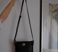 Mala crna torbica preko ramena
