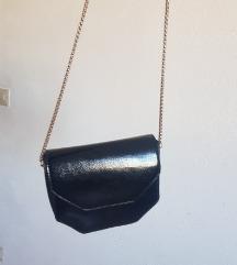 Pull&Bear crna lakirana torbica