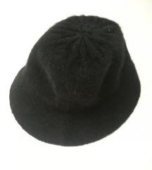 Zimski crni šešir Benetton