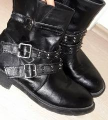AKCIJA % LOT  crne čizme sa zakovicama