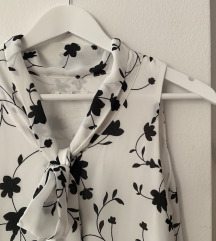 Crno-bijela haljina s trendy volanima