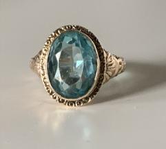 Zlatni prsten sa plavim kamenom