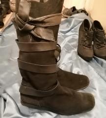 crne kožne čizme