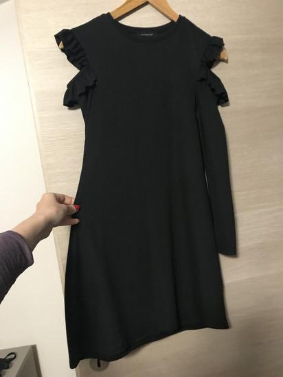Off shoulder mala crna haljina