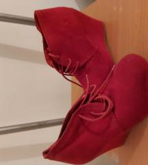 Crvene čizme na punu petu