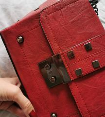 Crvena torbica sa zakovicama