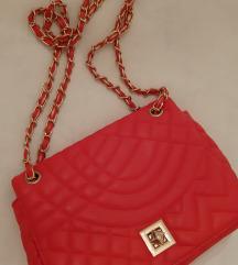 Manja crvena torbica sa lancem