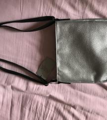 Nova srebrna torbica, s etiketom