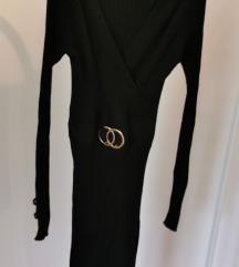 Crna uska haljina, do koljena sa ukrasnom kopčom