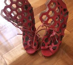 Crvene sandale vezanje
