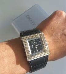 DKNY sat sa kožnim remenom