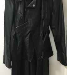 Crna duža kožna jakna, kroj poput fraka