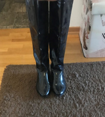 Crne lakirane čizme
